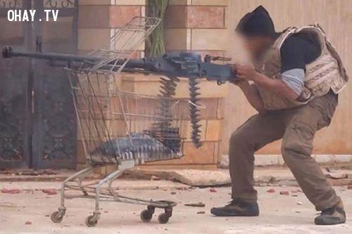 Một phiến quân IS dùng chiếc xe đẩy hàng để làm giá súng. Ảnh: Express
