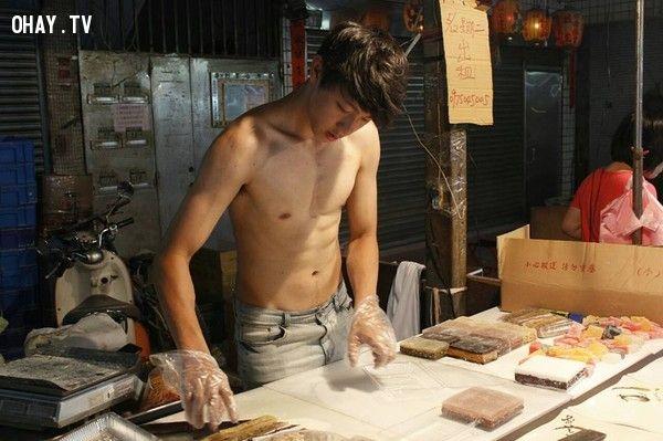Du Thắng Luân (20 tuổi), chàng trai làm bánh ở chợ Đông Hồ (Đài Loan) sở hữu cơ bụng 6 múi cùng với khuôn mặt điển trai đã làm xiêu lòng biết bao cô gái. Những bức ảnh chụp anh lúc đang làm bánh nhanh chóng được chia sẻ trên mạng.