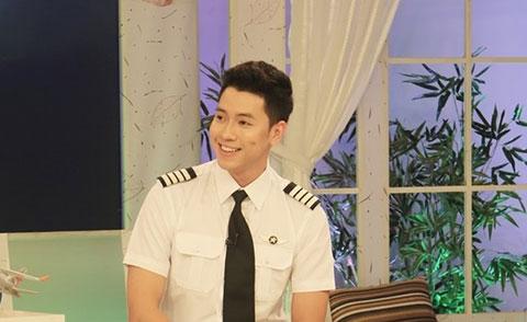 Cơ trưởng trẻ nhất Việt Nam khoe giọng cực ngọt trên sóng truyền hình