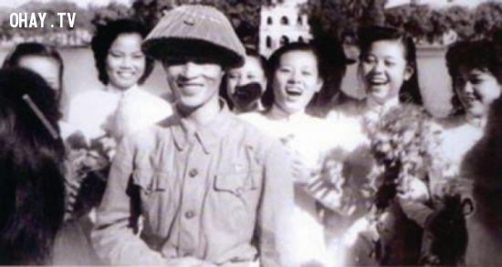 ảnh thời hoa đỏ,thời trai trẻ,nhạc sỹ Nguyễn Đình Bảng,nhà thơ Thanh Tùng,đàn ghita,kí túc xá