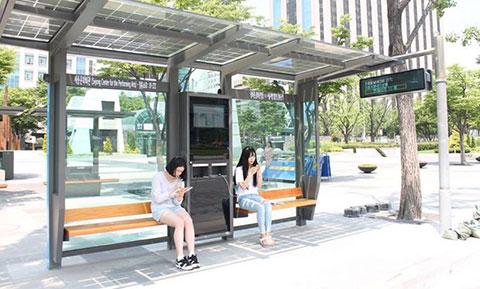 Sạc pin điện thoại tại các trạm xe buýt ở Hàn Quốc
