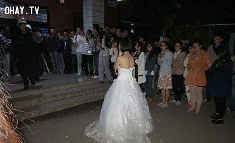 Cô gái mặc váy cưới cầu hôn bạn trai