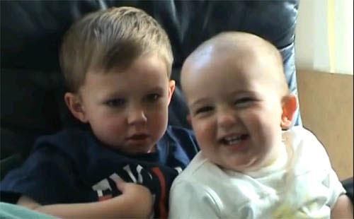 Chân dung hai cậu bé trong video thu hút hơn 800 triệu lượt xem