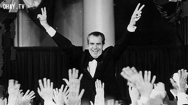 Tổng thống Mỹ Richard Nixon với biểu tượng ngón tay chiến thắng