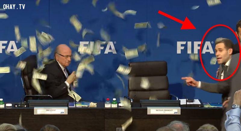 ảnh Chủ tịch FIFA,Sepp Blatter,ném tiền vào mặt