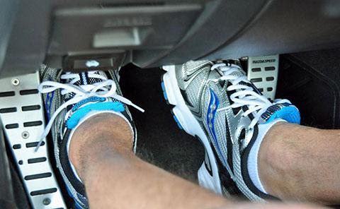 Sử dụng côn hay phanh trước trên xe số sàn?