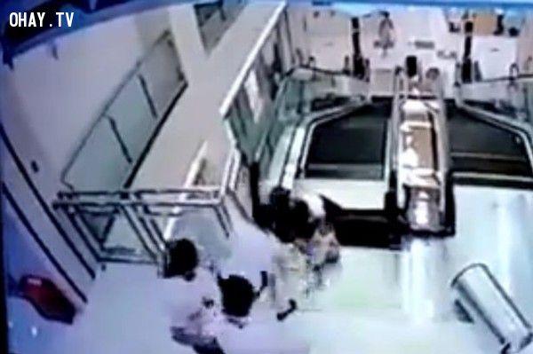Video 15 giây kinh hoàng: Vì cứu con, mẹ bị thang cuốn cuốn tử vong