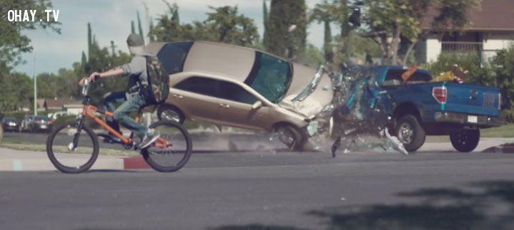 ảnh tai nạn giao thông,sử dụng điện thoại,dùng điện thoại khi lái xe,nhắn tin khi lái xe,gọi điện khi lái xe,lái xe an toàn