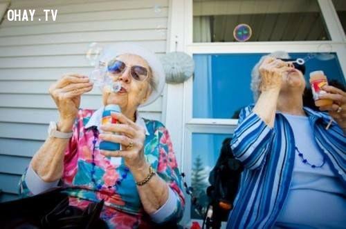 Ai bảo người già không được thỏi bong bóng