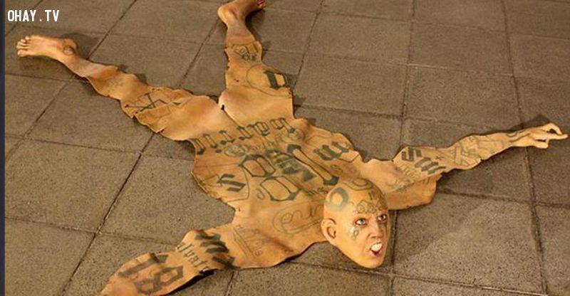 """Nghệ thuật gia sáng tạo """"thảm da người"""" ghê rợn, kêu gọi chống bạo lực"""