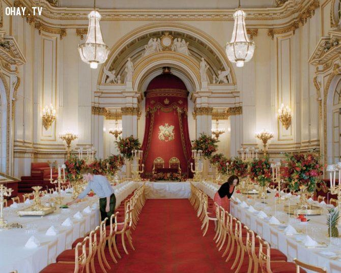 Phòng ăn nơi dùng để làm thết đãi các nguyên thủ quốc gia lớn trên thế giới do Hoàng gia Anh tổ chức. Có 19 khu vực dịch vụ được đặt ở quanh các góc phòng để mang thức ăn vào trong phòng. Mỗi khu vực sẽ có trách nhiệm phục vụ cho 9 khác.
