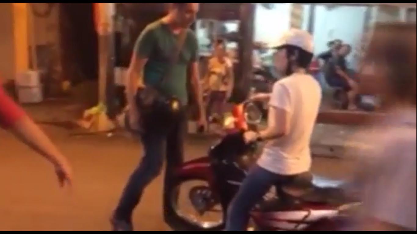 Anh tây chặn đường nhắc nhở cô gái không được chạy xe máy trên phố đi bộ tại Hà Nội