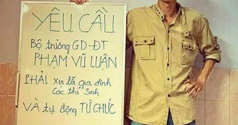 Một thanh niên làm biểu ngữ yêu cầu Bộ GD trả lại công bằng cho thí sinh