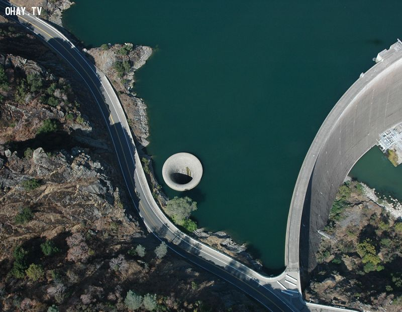 Kinh hoàng chiếc hố lớn xuất hiện ngay giữa hồ nước
