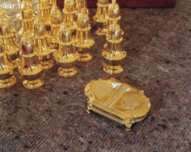 Nữ hoàng và công tước xứ Edinburgh thậm chí còn sở hữu cho riêng mình những hũ đựng muối, mù tạt có nắp được làm bằng bạc mạ vàng.