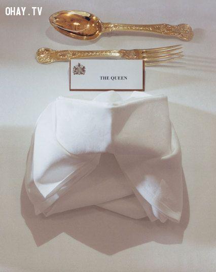 Mô tả hình Chỗ ngồi ăn của Nữ hoàng Anh khá trịnh trọng và đẹp mắt.ảnh