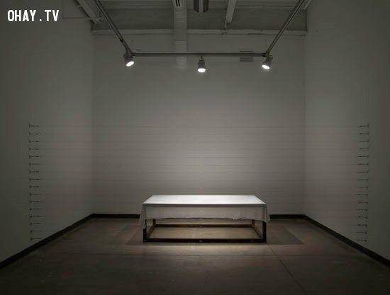 ném tù nhân vào tường