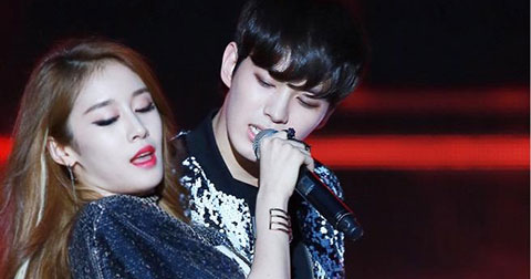 "Bộ 3 MC THE SHOW Zhoumi-Jiyeon-Hongbin \""đốt cháy\"" sân khấu với HIT \""My ear\'s candy\"" của Baek Ji Yong."