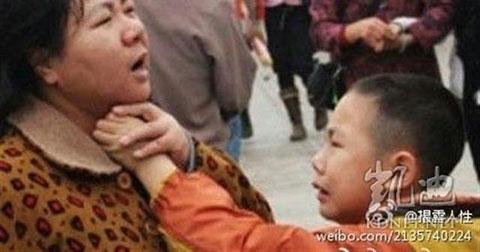 Lặng người trước chùm ảnh về sự suy đồi tình người trong xã hội Trung Quốc