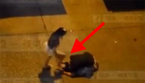 Quỳ xuống xin tha thứ, chàng trai bị cô gái đạp liên tục vào đầu