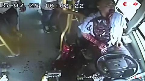 Đang lái xe tài xế đột nhiên ói ra máu