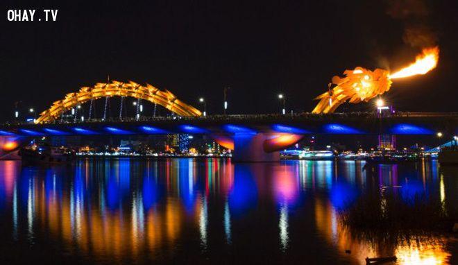 Cầu Rông phun lửa đổi màu