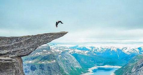 Cực choáng với màn nhào lộn siêu mạo hiểm trên vách đá cheo leo cao 700m.