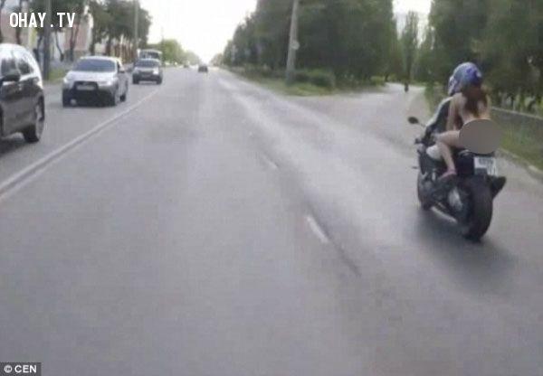 ảnh không mặc quần áo,khỏa thân,đi moto,con gái đi moto,khỏa thân đi moto.