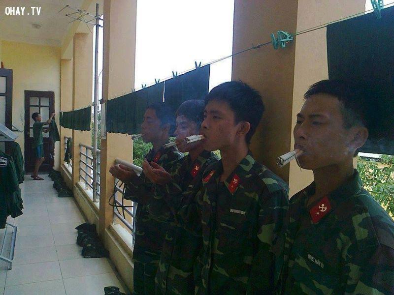 Cười không nhặt được mồm với kỷ luật hút thuốc trong quân đội