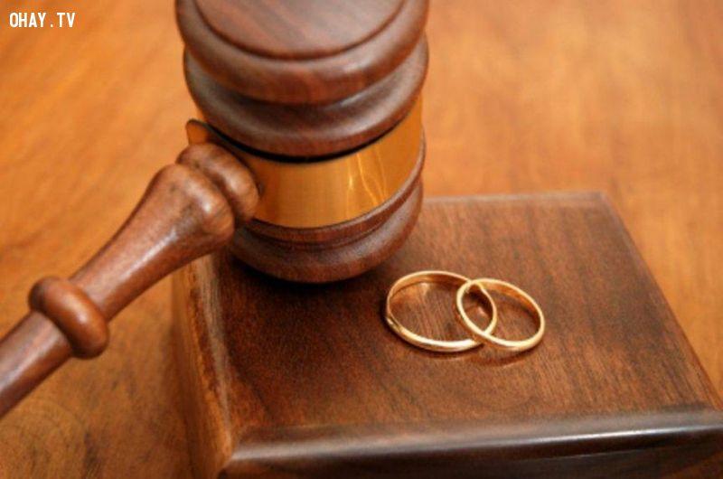 Cấm ly hôn