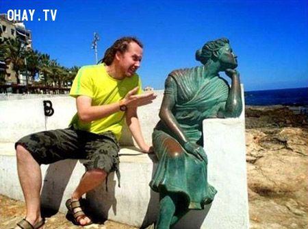 ảnh tự sướng với tượng,chụp ảnh cùng với tượng,ảnh hài hước,ảnh hài,ảnh vui