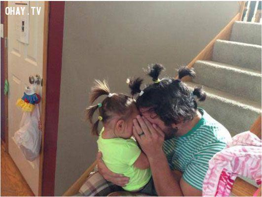 Đố con túm được tóc bố đấy