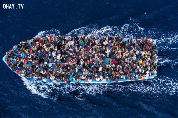 Hơn 500 người trên thuyền và 5 ngày đêm trên biển - Ảnh: BBC