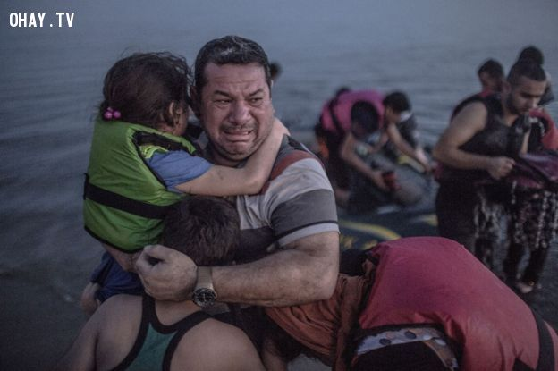 3 cha con chưa hết hoảng sợ khi chiếc thuyền hơi bị sự cố- Ảnh:  NY Times