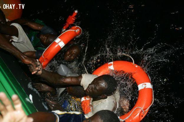 2 trong số 29 người may mắn sống sót khi chiếc thuyền bị lật - Ảnh: Juan Medina / Reuters