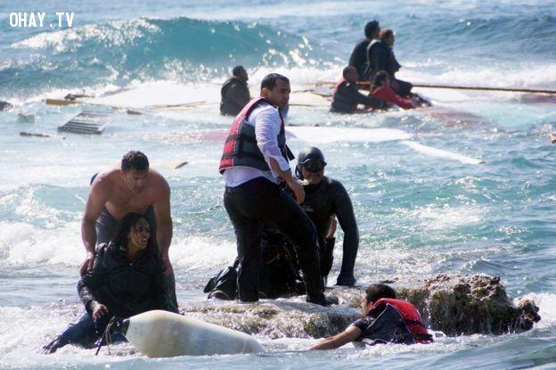 Người phụ nữ mang thai ( bên trái) may mắn sống sót khi thuyền của họ bị va vào bãi đá- Ảnh: Argiris Mantikos / AP