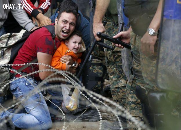Khuôn mặt hoảng sợ của người đàn ông khi bị mắc kẹt ở biên giới  Macedonia- Ảnh: AP