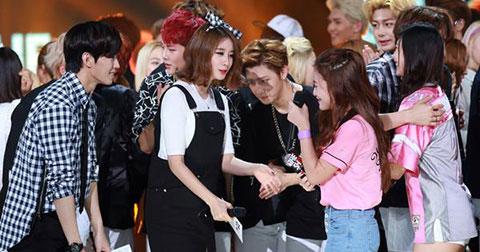 JiYeon  thể hiện sự quan tâm đến Red Vevlet.