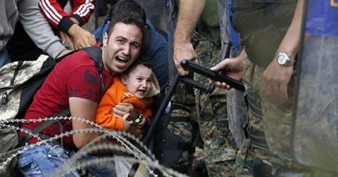 10 bức ảnh cảm động về cuộc khủng hoảng di cư ở châu Âu