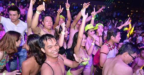 DJ Ty Ty khuấy động 4.000 bạn trẻ trong tiệc bikini