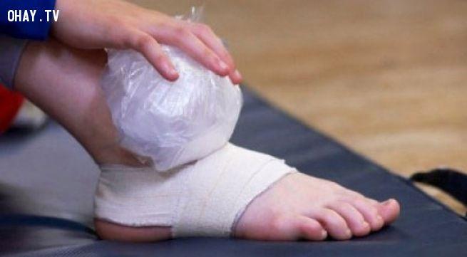 Chườm đá lên vết thương khi bị bong gân để giảm đau và bớt sưng tấy