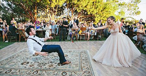 Cô dâu phù phép cho chú rể trôi bồng bềnh trong đám cưới \'ma quái\'