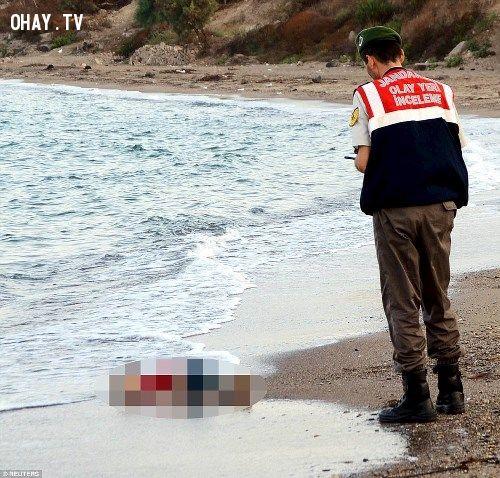 ảnh em bé chết đuối,người tị nạn,chết đuối,chìm tàu,chìm tàu chở người tị nạn
