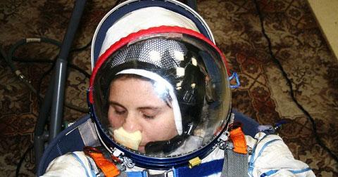 Trong không gian, phi hành gia bị ngứa mũi phải làm sao