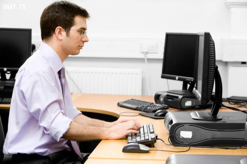 làm việc bên máy tính