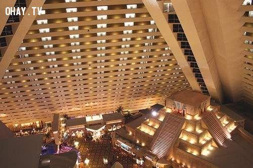 Thang máy Inclined nằm trong khách sạn Luxor với thiết kế đặc biệt