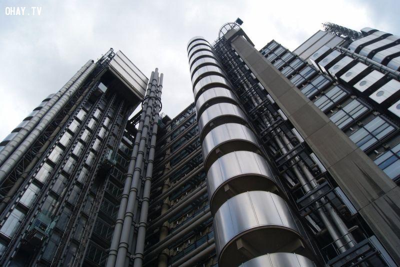 Thang máy Lloyd's Building là một kiệt tác với 12 bộ cầu thang máy