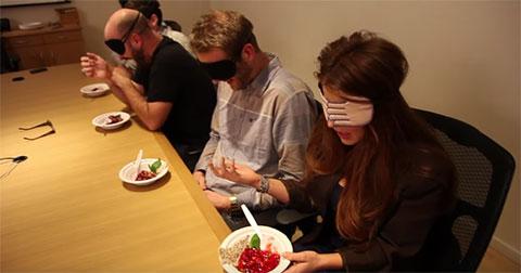 Chuyện gì xảy ra khi người nước ngoài ăn tiết canh vịt của Việt Nam?