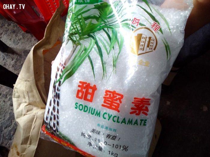 Hóa chất Trung Quốc không nhãn mác để tạo độ ngọt cho chà bông - Ảnh: Hiếu Huy