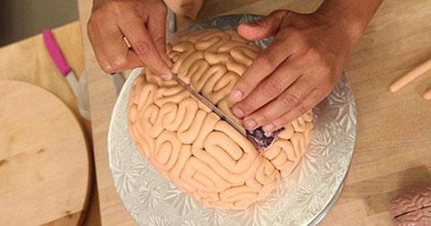 Cách làm ổ bánh kem hình bộ não cho ngày Halloween